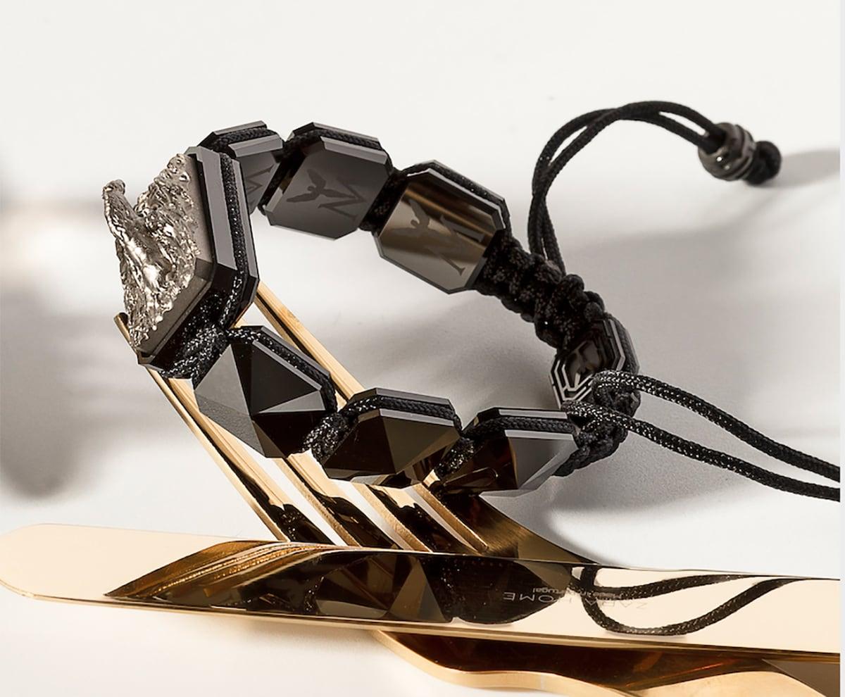 Pulsera Proud Of You con cerámica negra y escultura acabada en color antracita. Hilo negro.
