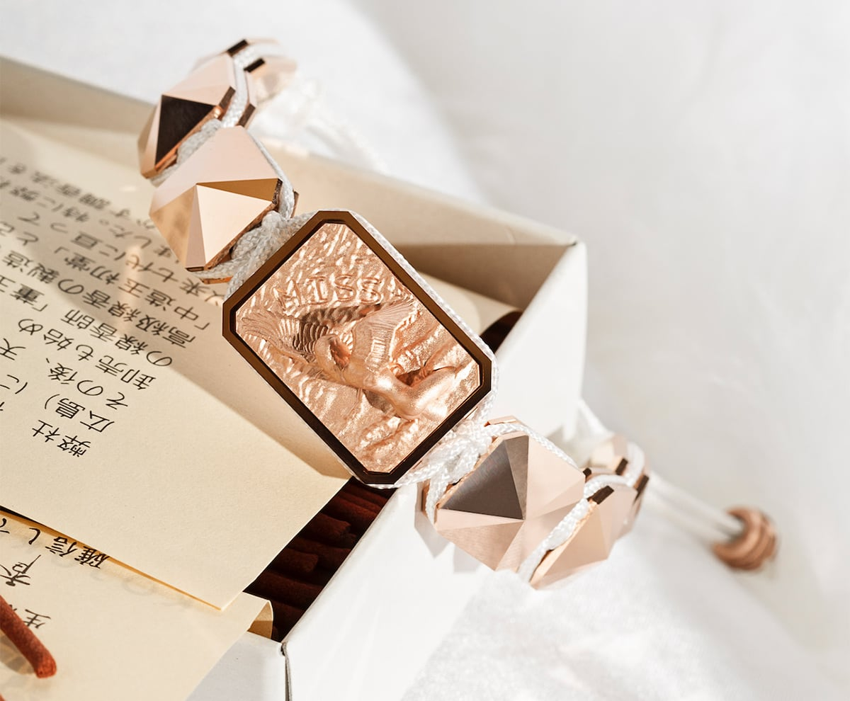 Pulsera Selfmade con cerámica y escultura acabadas en Oro Rosa de 18k. Hilo blanco.