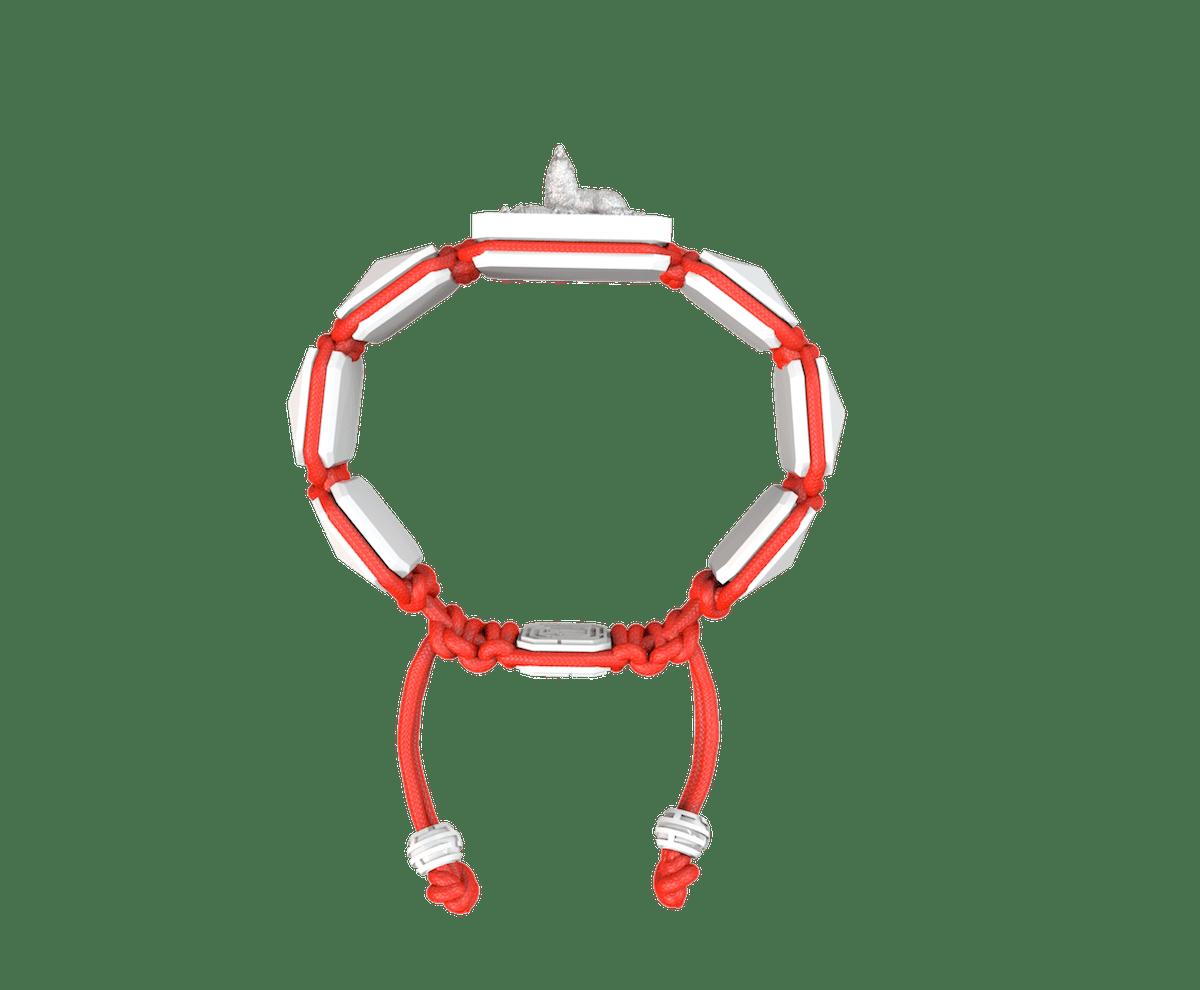 Pulsera Selfmade con cerámica blanca y escultura acabada en efecto Platino. Hilo rojo.