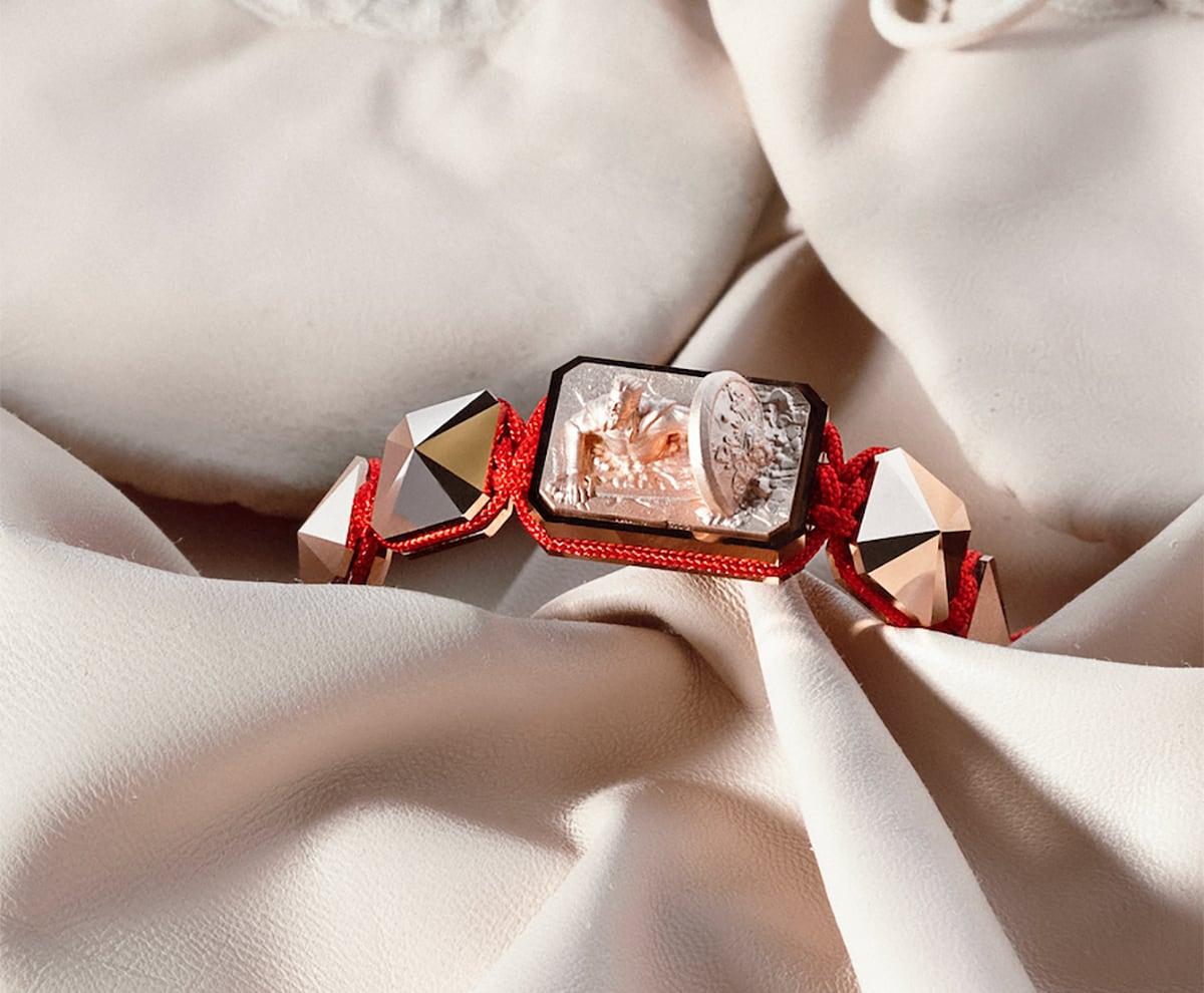 Pulsera Selfmade con cerámica y escultura acabadas en Oro Rosa de 18k. Hilo rojo.