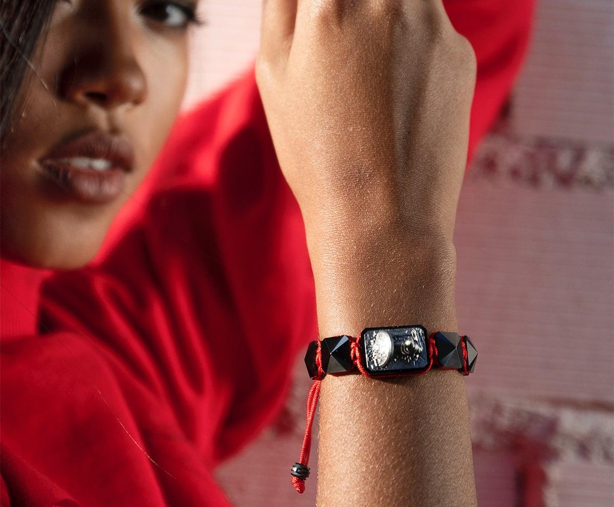 Pulsera I Love Me con cerámica negra y escultura acabada en color antracita. Hilo rojo.