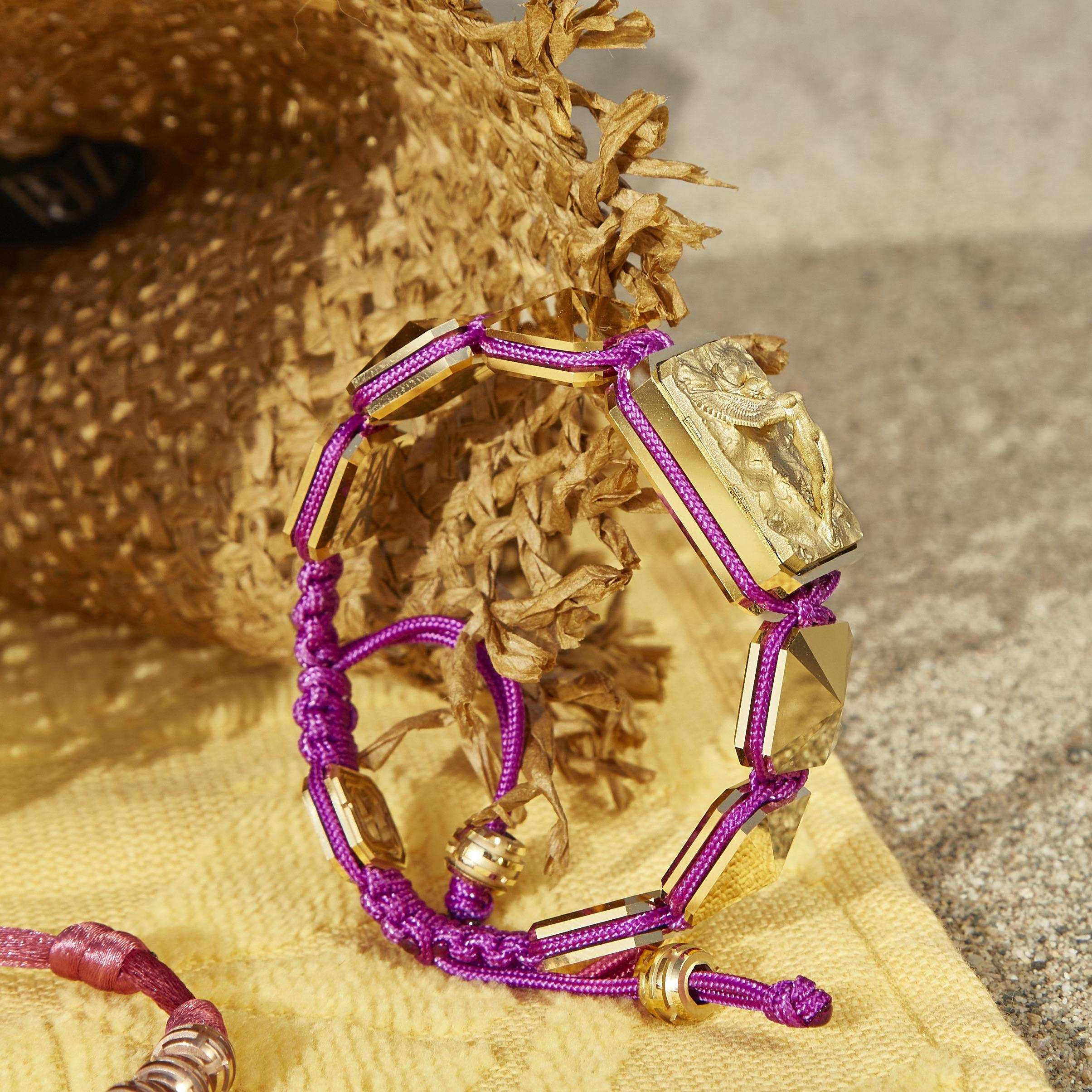 Pulsera Selfmade con cerámica y escultura acabadas en Oro Amarillo de 18k. Hilo violeta.