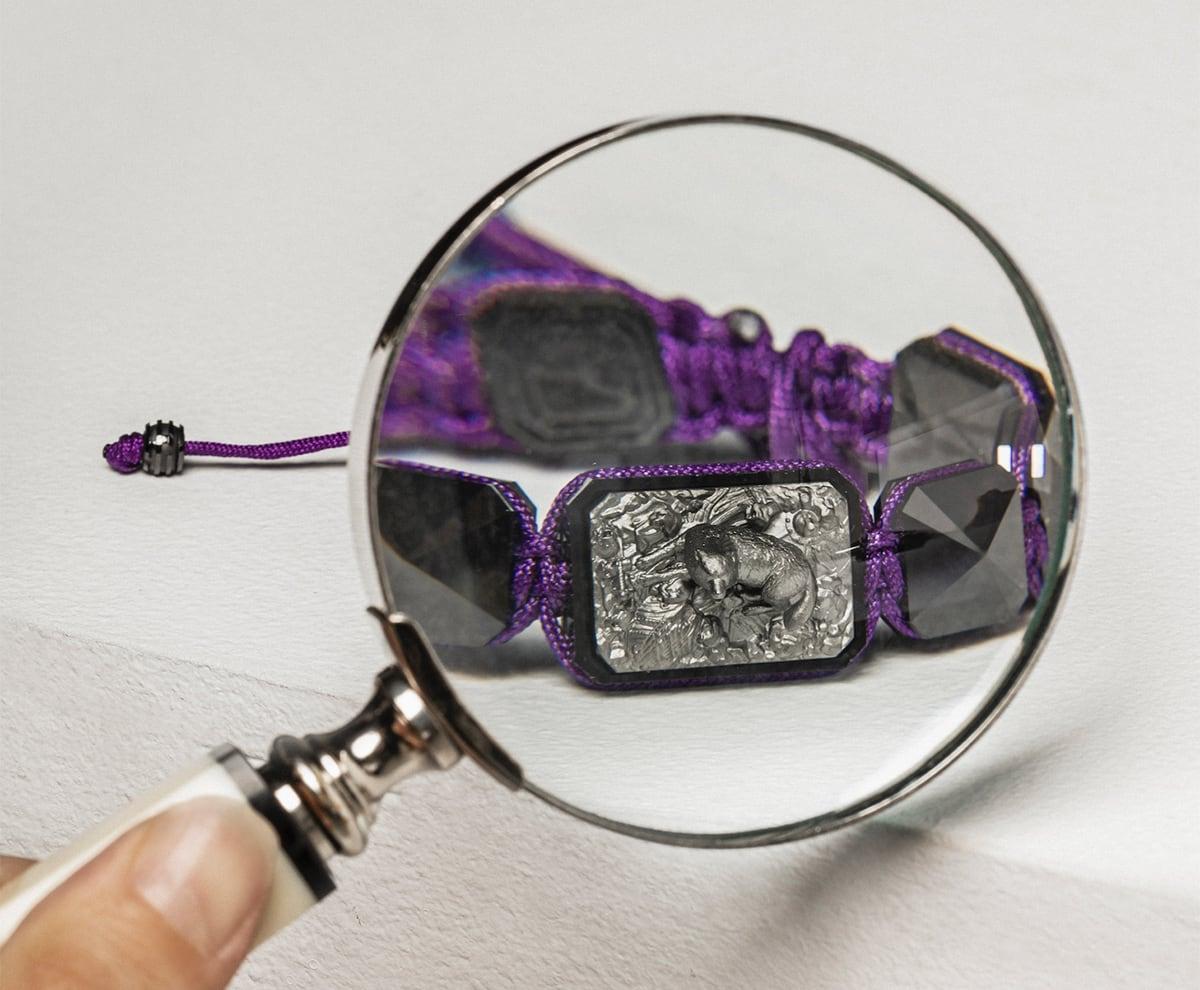 Pulsera I'm Different con cerámica negra y escultura acabada en color antracita. Hilo violeta.