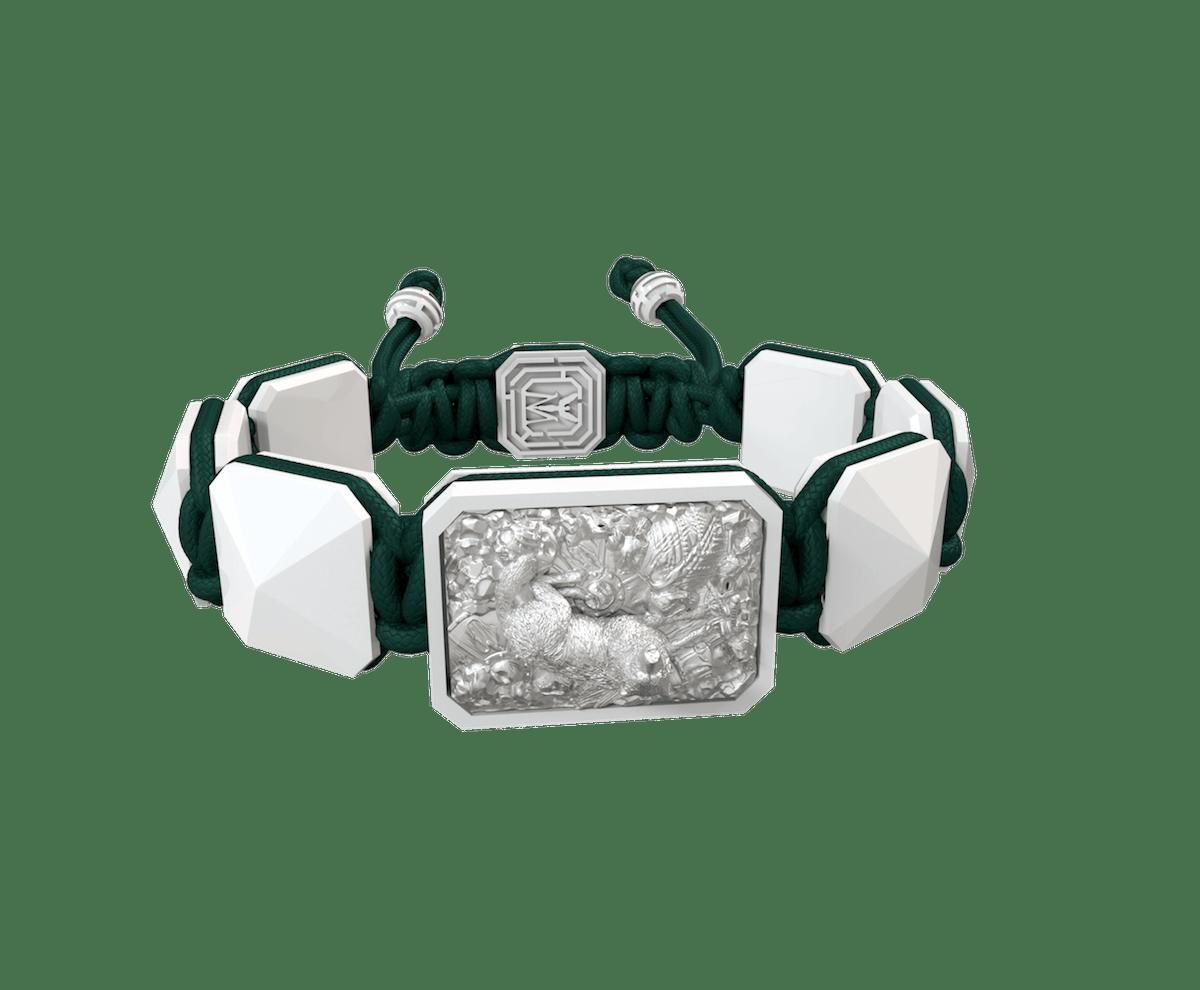 Pulsera Selfmade con cerámica blanca y escultura acabada en efecto Platino. Hilo verde oscuro.