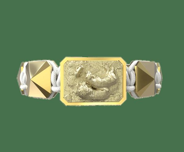 Comprar Pulsera My Family First con cerámica y escultura acabadas en Oro Amarillo de 18k. Hilo blanco.