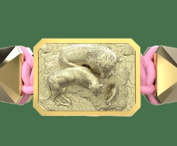 Comprar Pulsera My Family First con cerámica y escultura acabadas en Oro Amarillo de 18k. Hilo rosa.