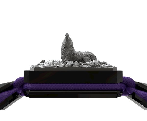 Comprar Pulsera Selfmade con cerámica negra y escultura acabada en color antracita. Hilo violeta.